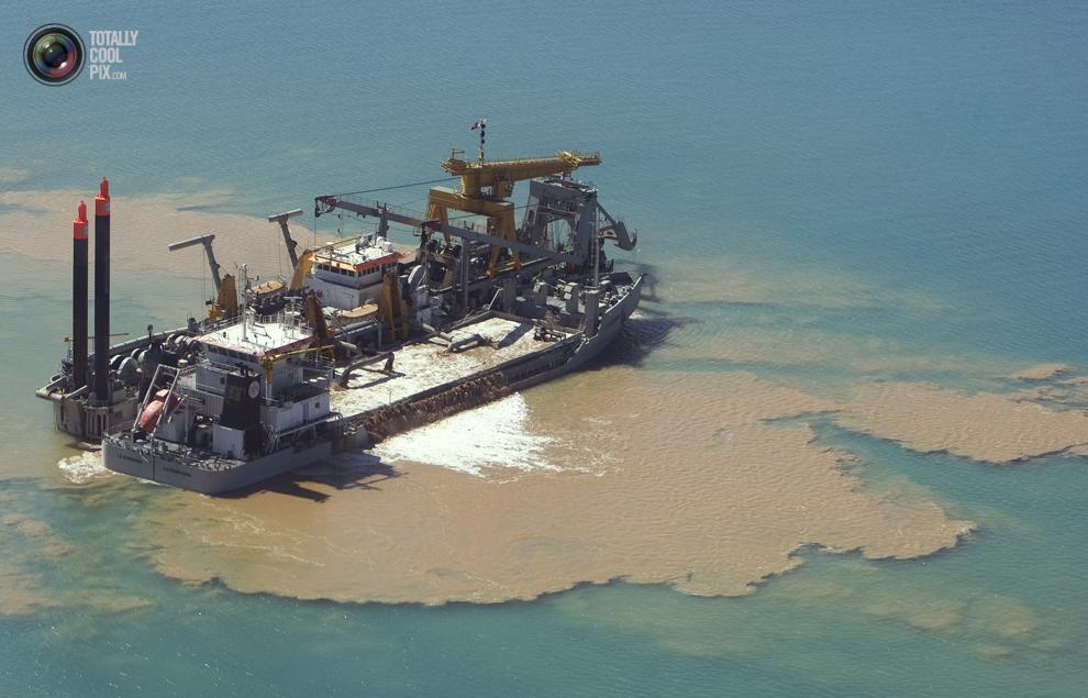 19. Один из кораблей черпает песок для строительства в Дубае. (REUTERS/Steve Crisp)