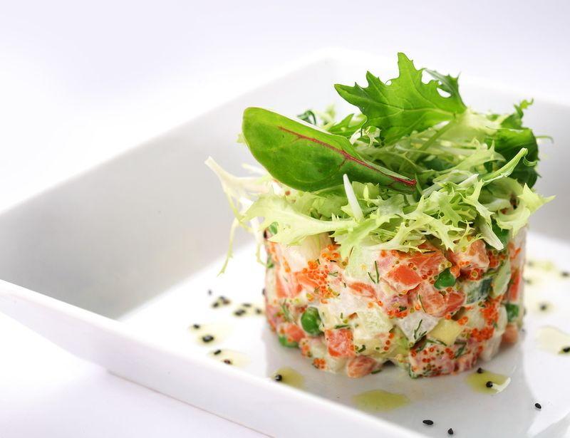 5. Рыбный оливье Вам понадобятся: 4 шт. отварного картофеля 5 шт. сваренных вкрутую яиц 200-300 г со