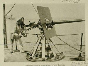 Матрос у 47-ми миллиметровой одноствольной пушки Гочкисса,установленной на палубе одного из крейсеров эскадры