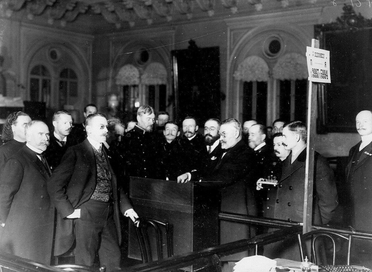 Вскрытие ящика с бюллетенями в третьей подкомиссии по окончании выборов в Четвертую Государственную думу. Октябрь 1912