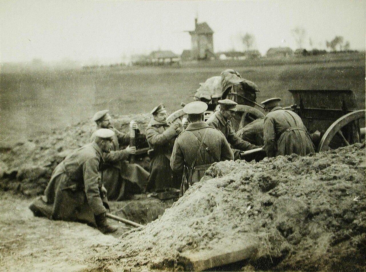 60. Солдаты одной из армейских частей у полевого орудия на поле боя близ Скиерниевайса