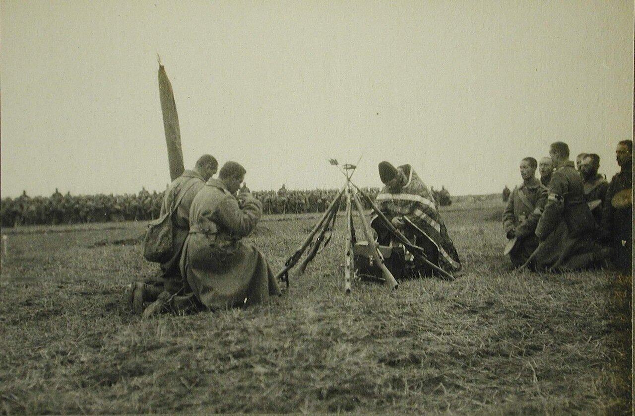 62.  Солдаты и офицеры одной из армейских частей во время богослужения