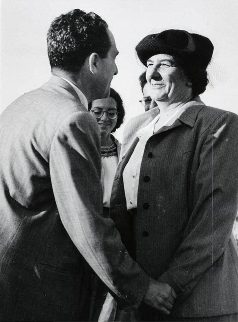 1948.  Голда Меир с Моше Шаретом после ее назначения послом в СССР