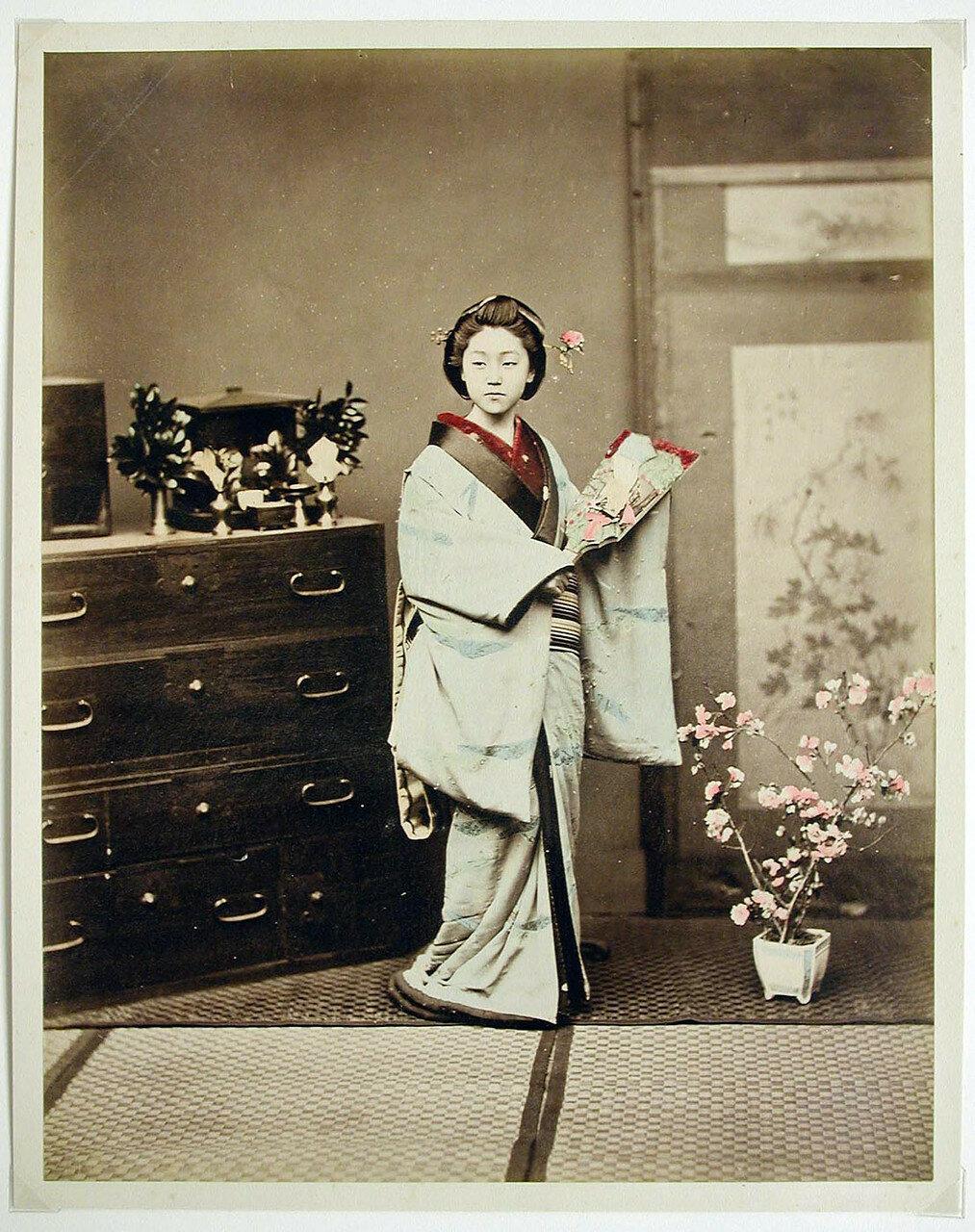 Женщина возле шкафа