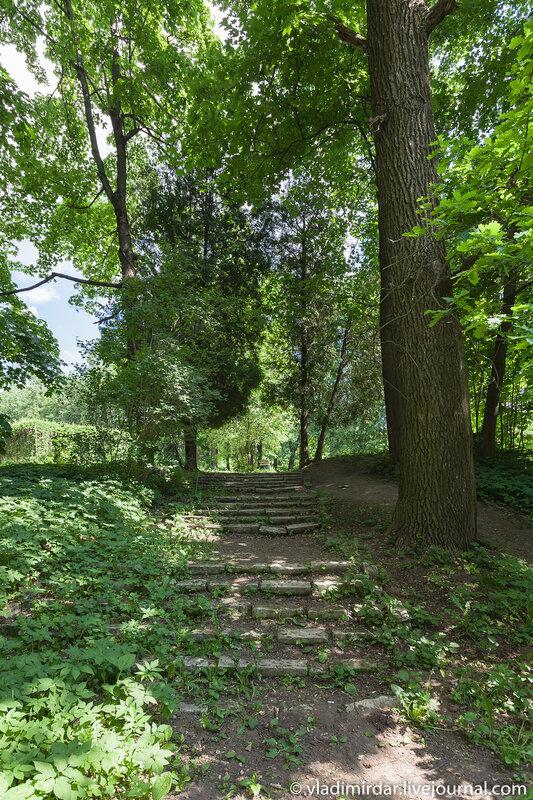 Старая белокаменная лестница у усадьбе Суханово