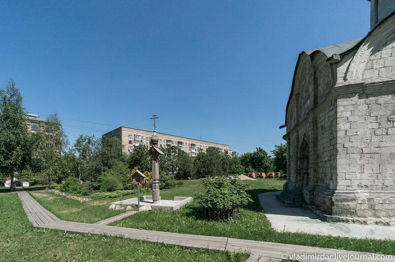 Территория храма святого Трифона в Напрудном