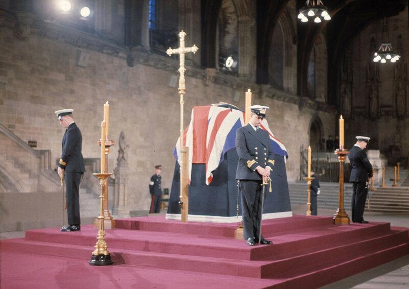 Британские военно-морские офицеры стоят в почётном карауле у гроба сэра Уинстона Черчилля в Вестминстерском зале.jpg