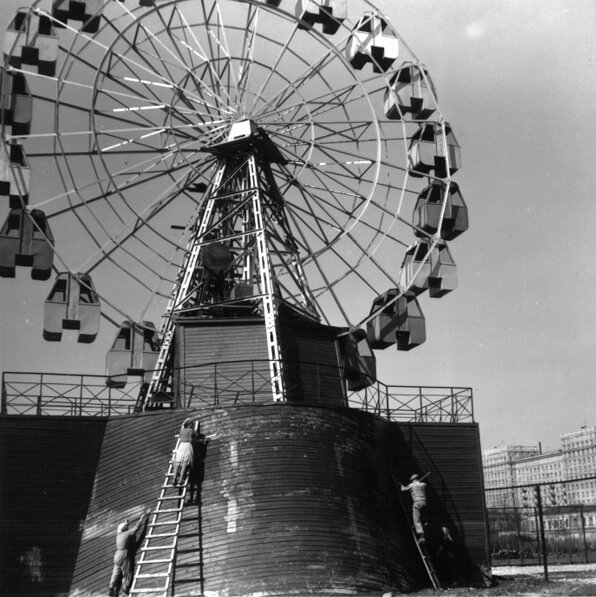 Чертово колесо. Ленинград, 1955.jpg