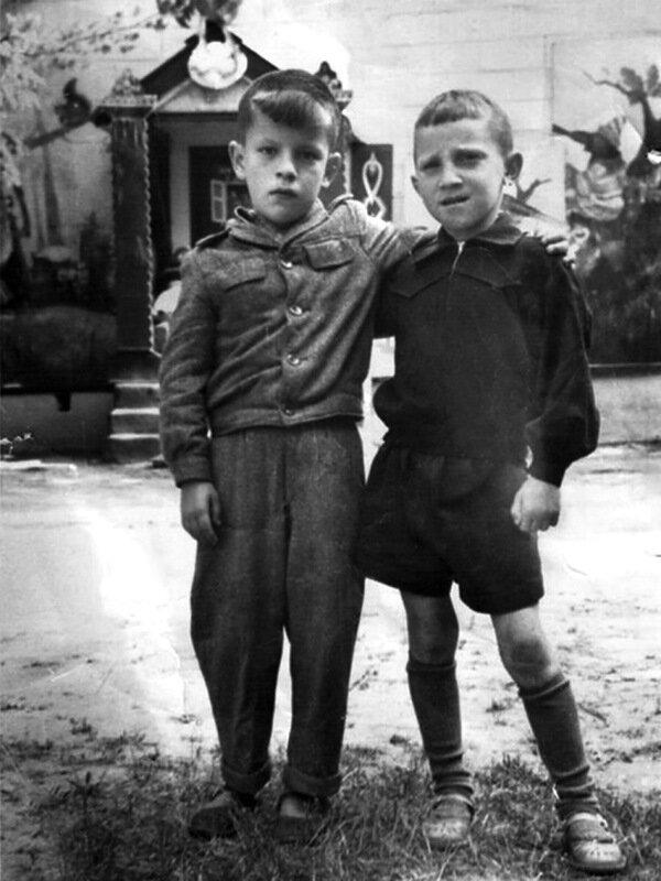 138 Володя Высоцкий с другом, 1947 год..jpg