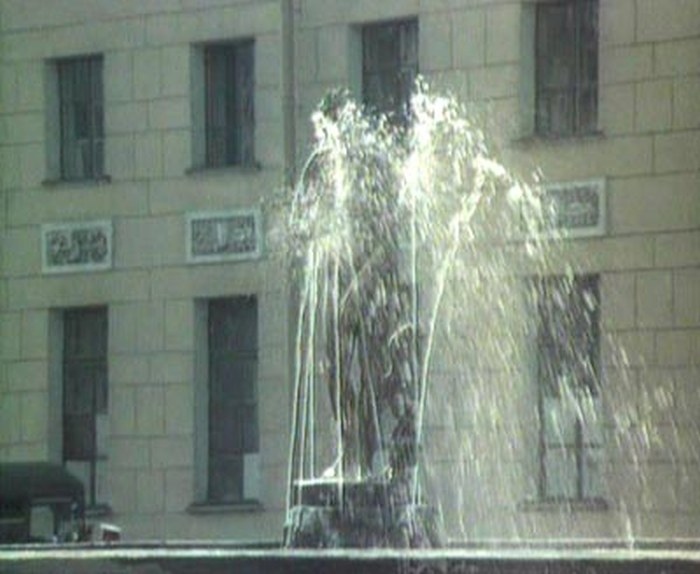 13. Хитрый режиссер расположил несуществующий фонтан как раз посередине третьего по ширине моста в П