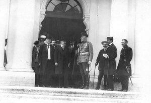 Французский президент Раймон Пуанкаре и сопровождающие его лица у входа в Ботный домик Петропавловской крепости.