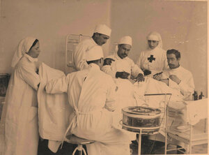 Группа врачей и сестер офицерского лазарета во время операции;2-я справа-старшая сестра лазарета Л.В.Никитина.