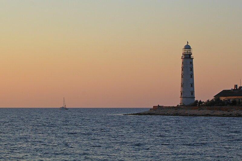 Закат у маяка в Казачьей бухте Севастополя, Крым