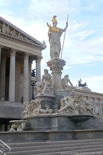 Парламент.  Скульптурная композиция Афины-Паллады с фонтаном