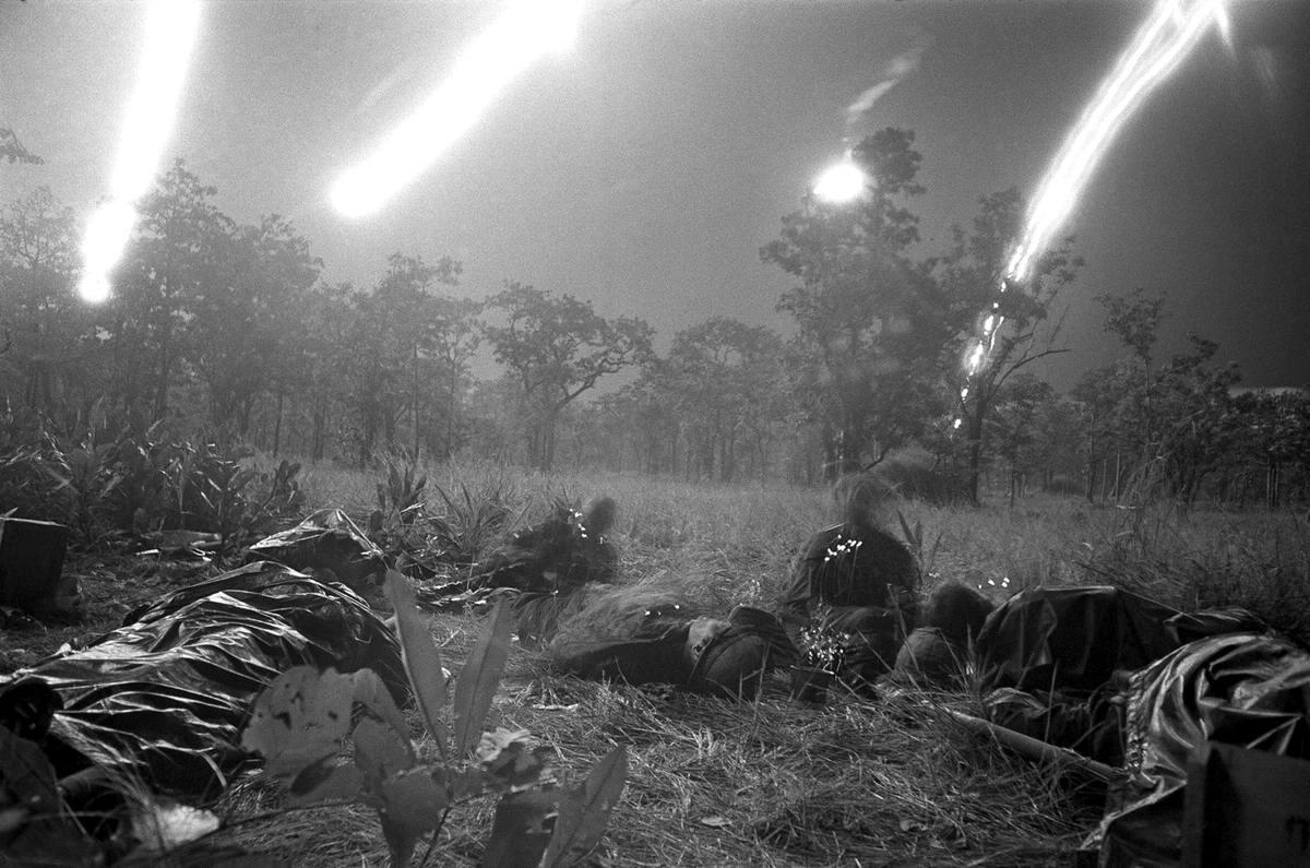 Убитые и раненые солдаты одного из батальонов американской 1-й кавалерийской дивизии, которые попали под огонь партизан во время ночного поиска в долине Йа-Дранг (18 ноября 1965 года)