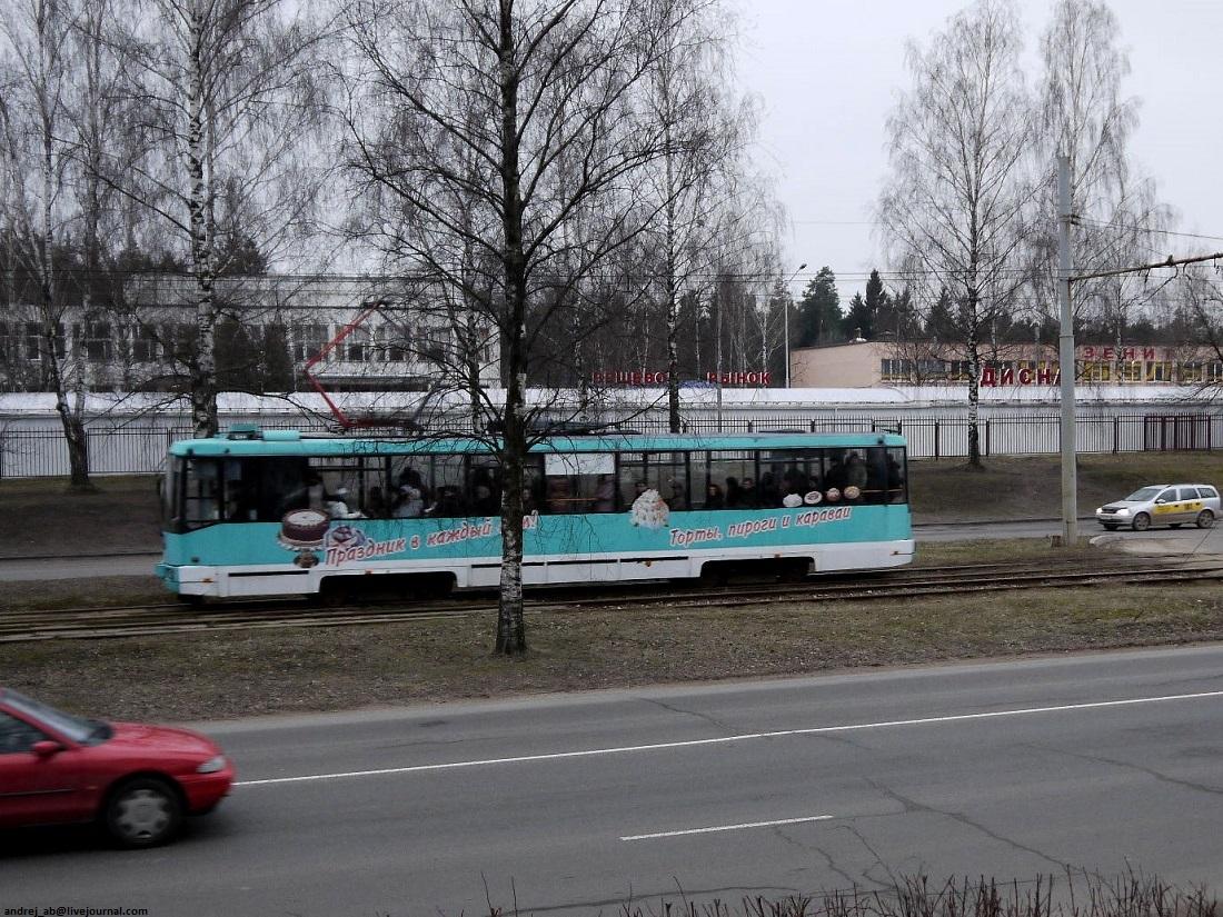 Реклама тортов и пирогов на трамвае в Новополоцке.