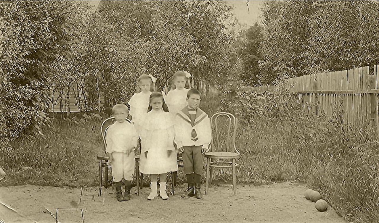 1907. Дети петербургского купца Семенова С.Т. на даче в Териоках