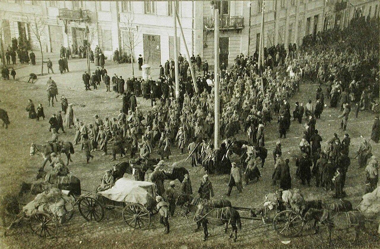 48. Солдаты пехотных армейских частей вступают на одну из площадей г.Кельце
