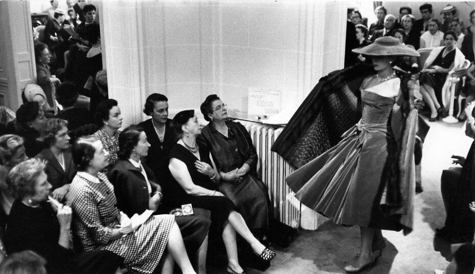 1955. Показ мод Диор