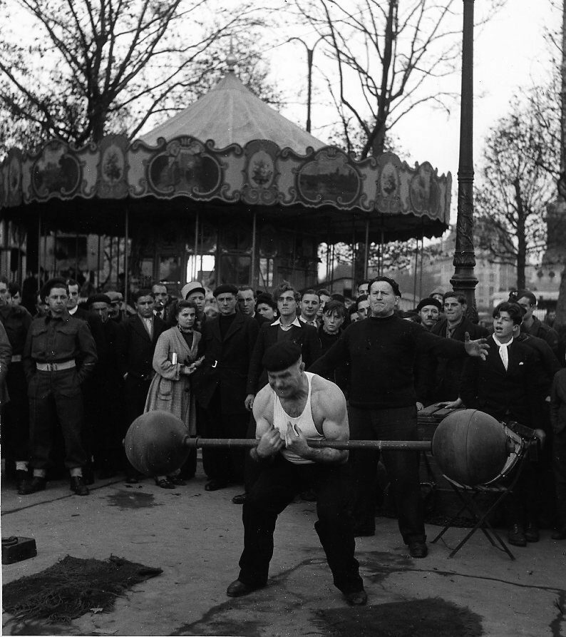 1945. Ярмарочный артист на площади Бастилии