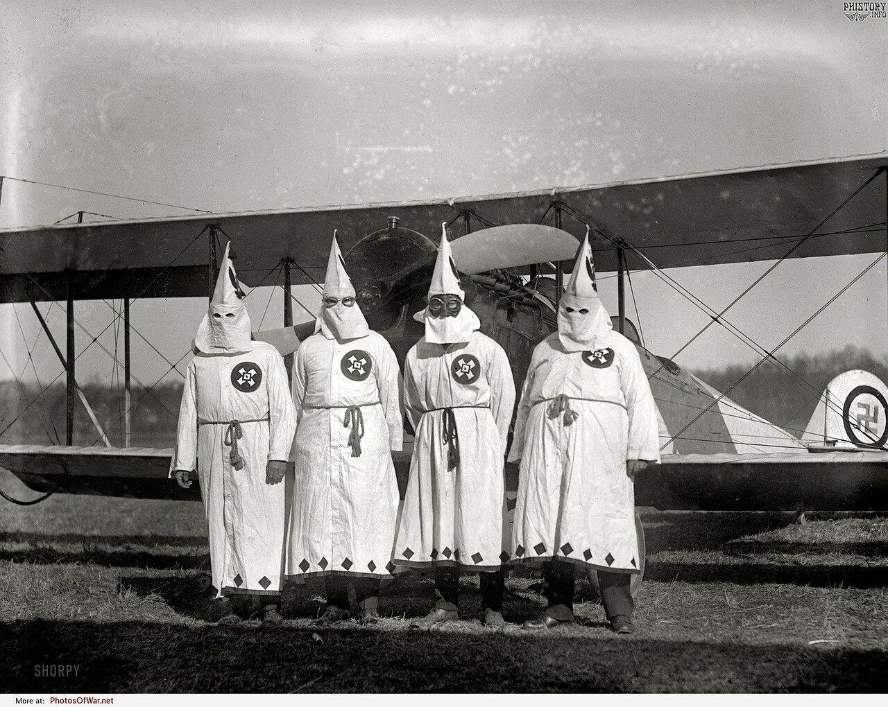 Члены Ку-клукс-клан собираются в полете разбрасывать агитационную литературу. США. 18 марта 1922 года