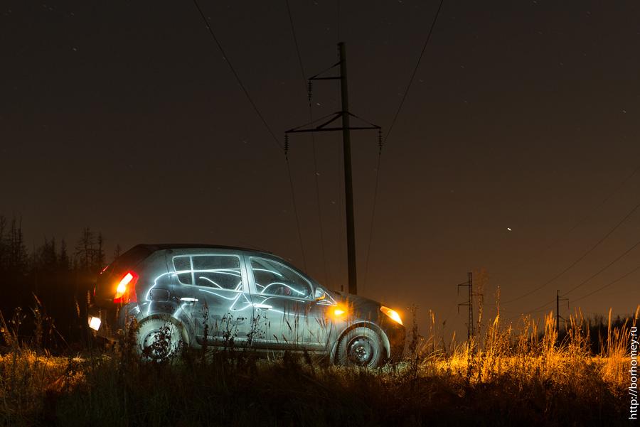 подсвеченный в темноте автомобиль