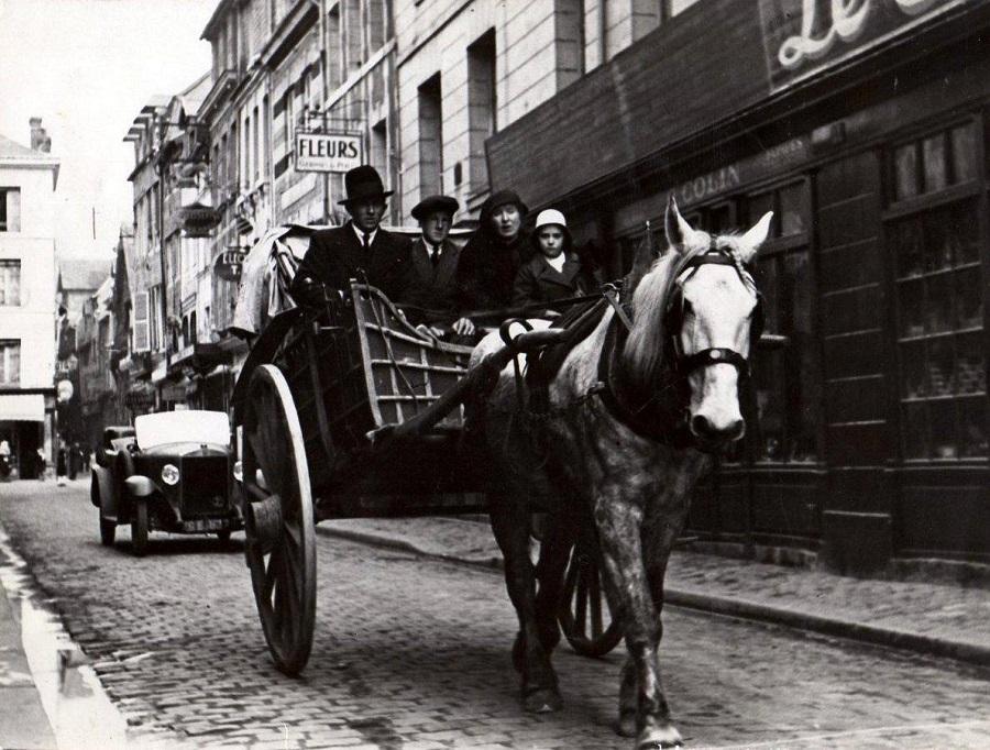 17 Transport de touristes, vers 1930.jpg