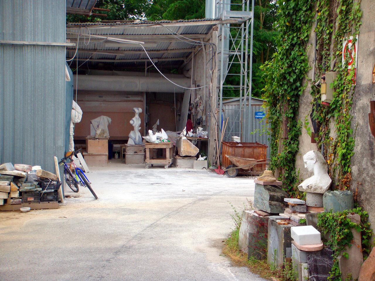 На задворках одной из мастерской скульптора в городе Пьетрасанта (Pietrasanta)
