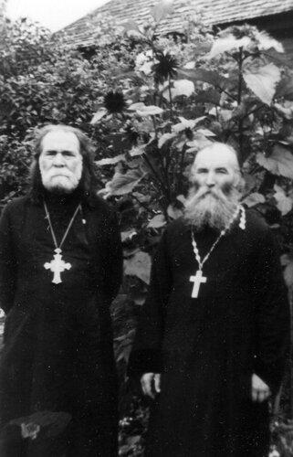 Прот. Григорий Сченснович (слева).