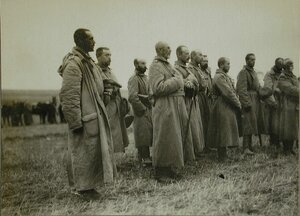 Солдаты и офицеры одной из армейских частей во время богослужения.
