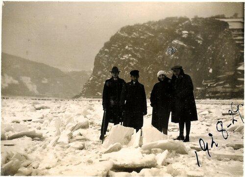 Ihmisiä jäätyneellä Reinillä talvella 1928–1929. Taustalla Loreley.