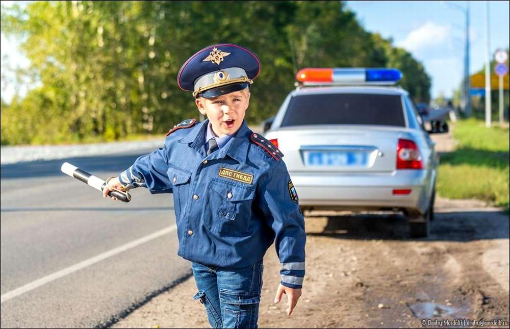 Дети на снимках из серии Люди мужественных профессий: полицейские и космонавты (9)