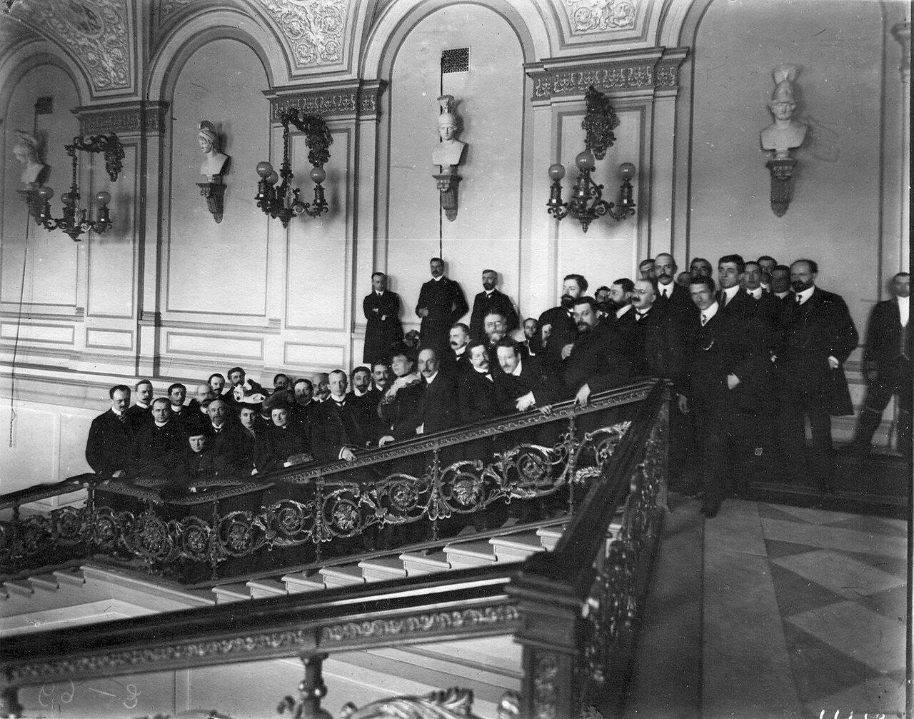 Март 1906. Группа выборщиков в Первую Государственную думу на лестнице избирательного участка