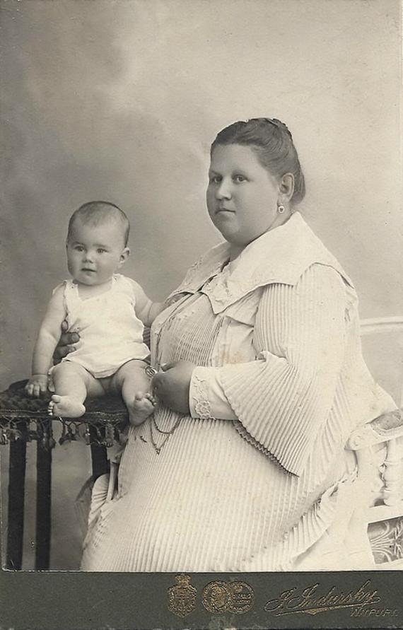1905. Ольга Алексеевна Семенова с дочерью Евгения, Териоки