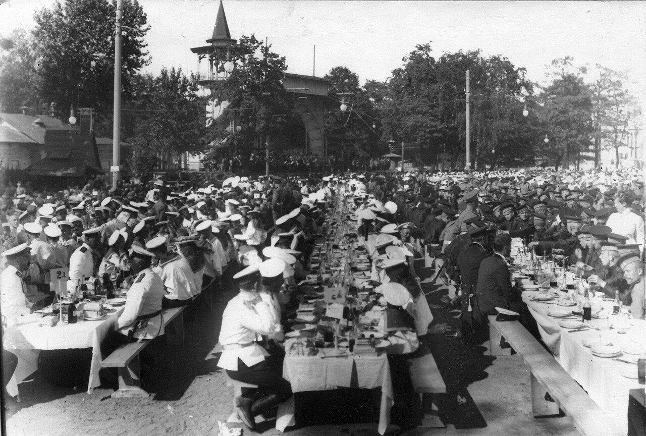 102.Потешные Кронштадского детского батальона и их руководители завтракают в саду после окончания смотра