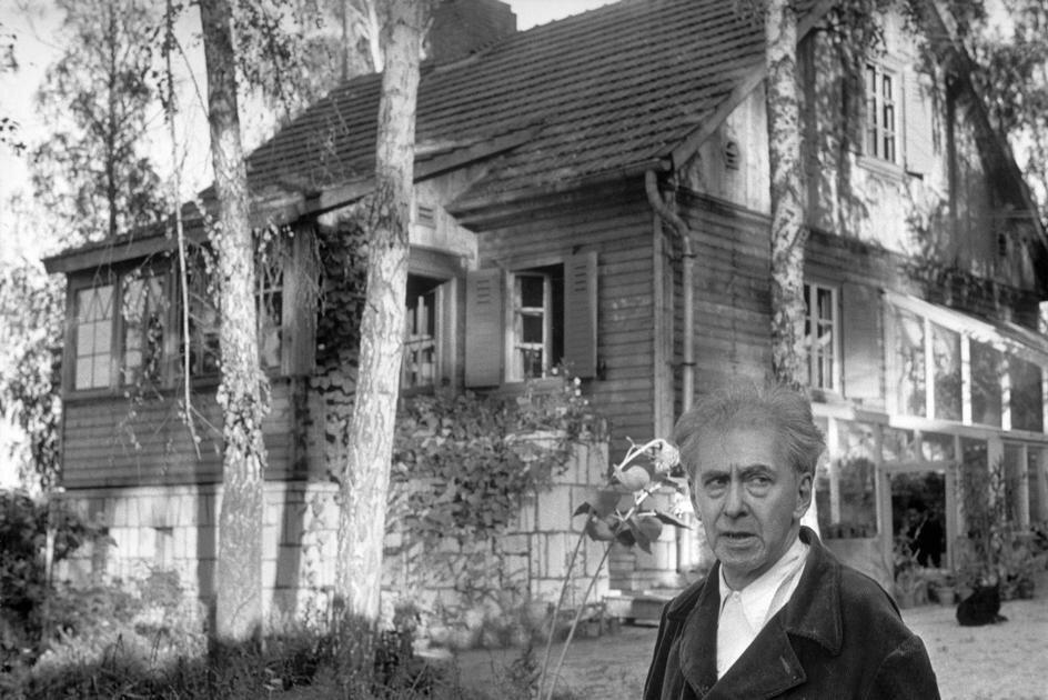 1954. Москва. Илья Эренбург возле своей дачи в окрестности Москвы