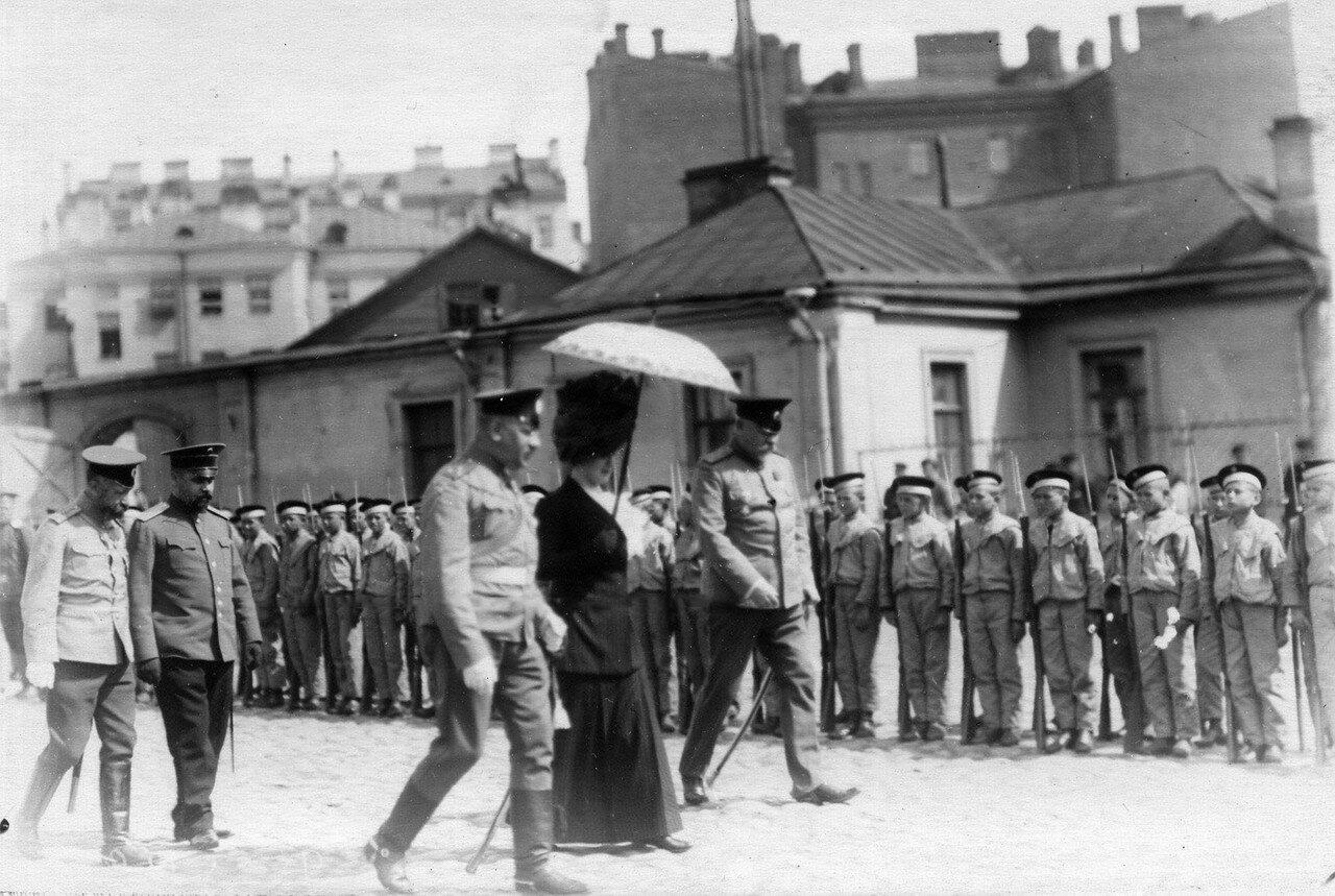 26. Военный министр Сухомлинов В.А. с женой и группой офицеров обходит почетный караул воспитанников