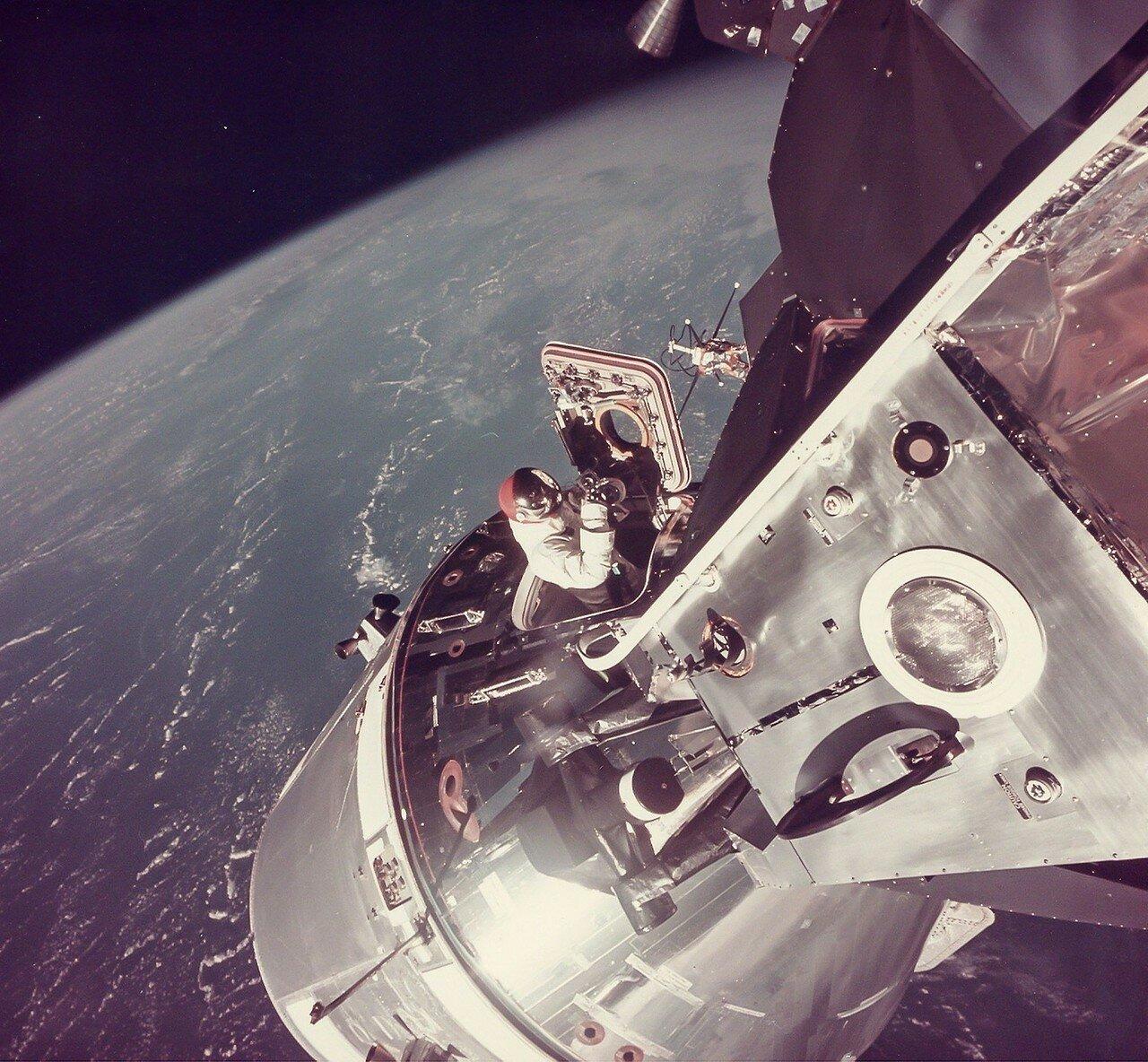 1969, 3 марта. В 3 часа 02 минуты 08 секунд полетного времени Скотт обеспечил стыковку командного модуля с лунным с первой попытки. На снимке Дэвид Скотт стоит в открытом люке КСМ
