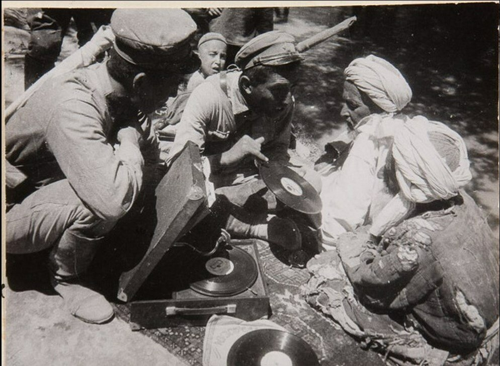 1930. Беседа с народом в окрестностях Самарканда