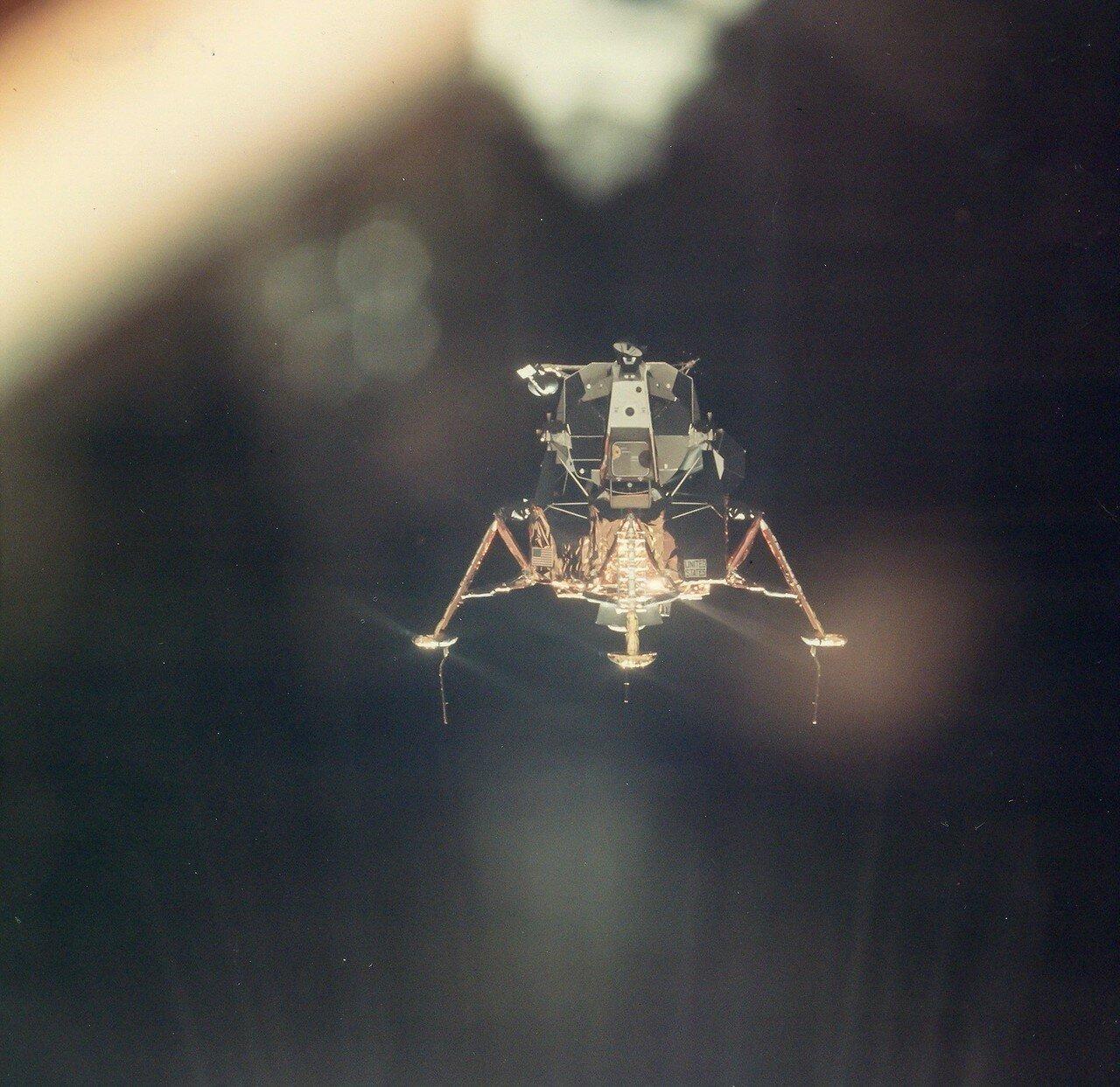 В начале 13-го витка, когда «Аполлон-11» находился над обратной стороной Луны, «Колумбия» и «Орёл» расстыковались. На снимке: Лунный модуль «Орёл»  отделяется от корабля для спуска на Луну