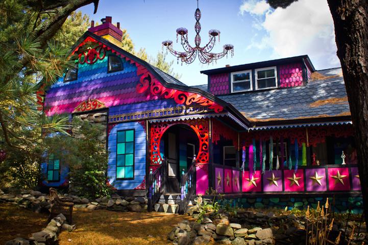 Разноцветный дом в стиле пэчворк