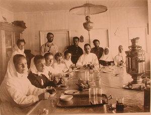Медицинский персонал в столовой баржи-лазарета Мраморного дворца