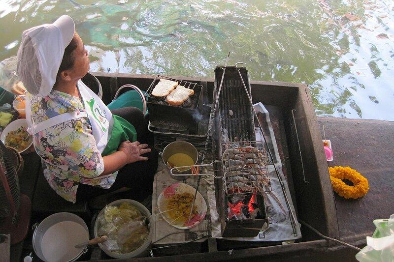 Креветки на гриле с лодки на плавучем рынке Талинг Чан, Бангкок