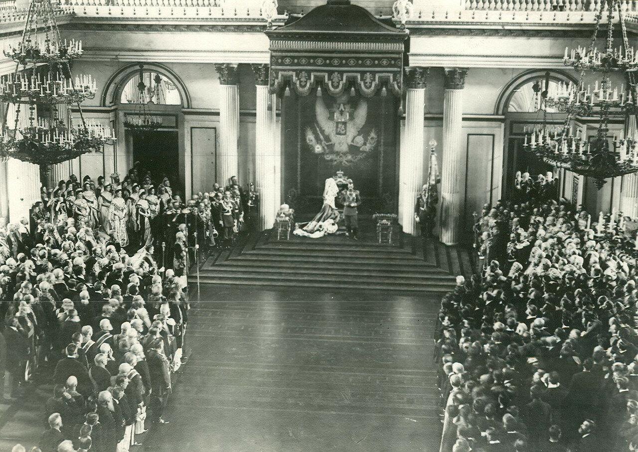 Император Николай II читает приветственное слово в день открытия I Государственной Думы в Георгиевском зале Зимнего дворца