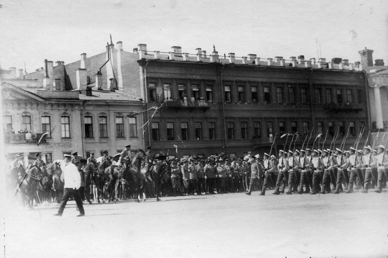 59. Потешные проходят церемониальным маршем перед Николаем II и свитой