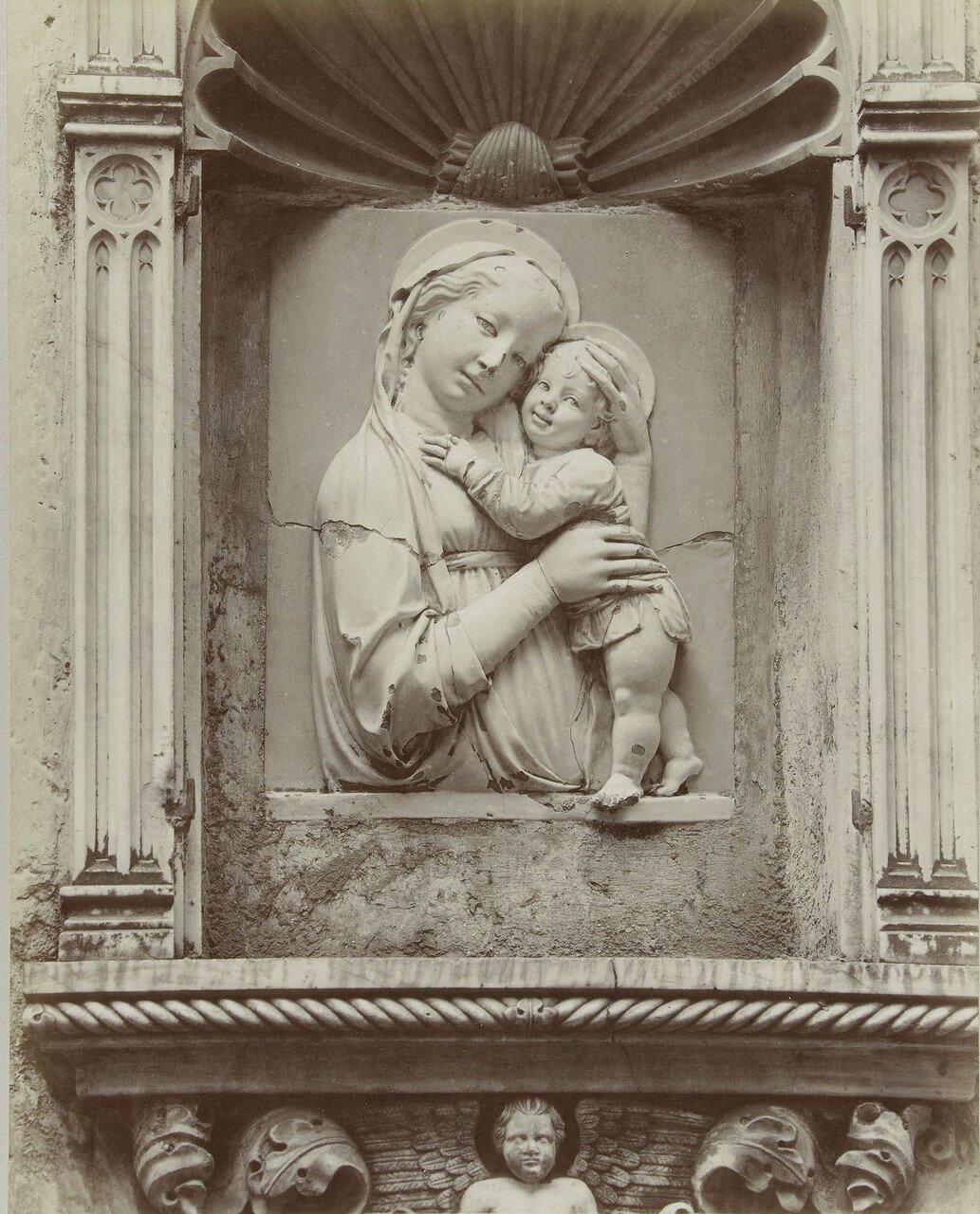 Скульптура Мадонна с младенцем на кладбище Стальено