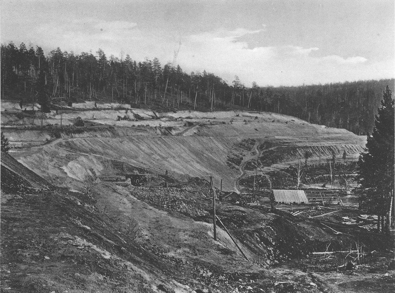 54. 2572 верста. Общий вид на насыпь. Строительный период 1910