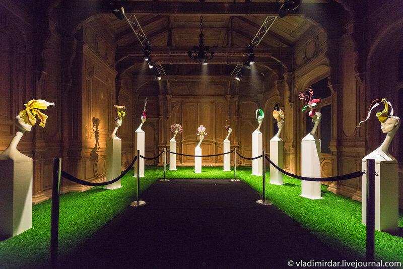 Зал тропических садов. Выставка дизайнера-кутюрье Филипа Трейси в Москве в доме Черткова на Мясницкой.