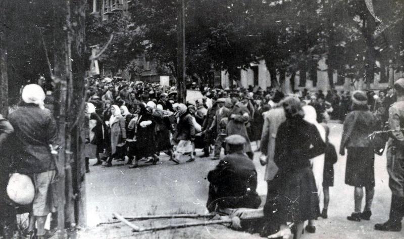 Жители Киева, отправляемые на принудительные работы в Германию