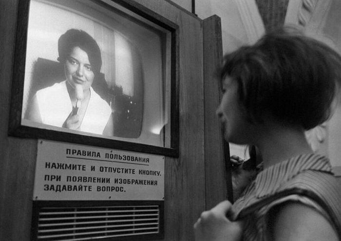 Телевизионная справочная в вестибюле станции Комсомольская Кольцевой линии.jpg